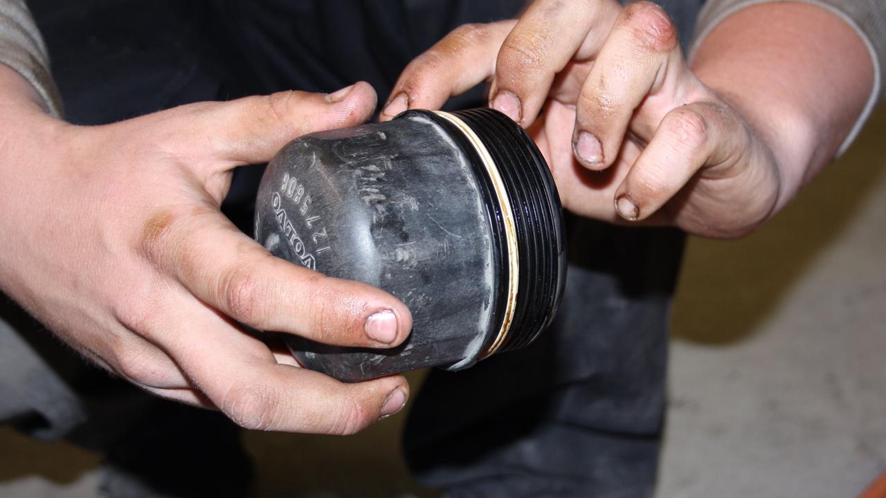 Rengör oljefilterlocket och smörj in den nya packningen till oljefiltret med lite olja.