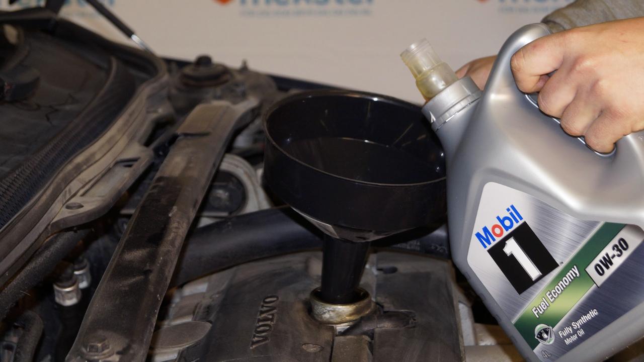 Fyll på med ny olja med hjälp av en tratt med hög kant. Tänk på att kolla igenom så att du har valt rätt motorolja till din bil samt hur mycket olja din bil behöver innan du fyller på. Du finnar all information du behöver i din bils servicebok.